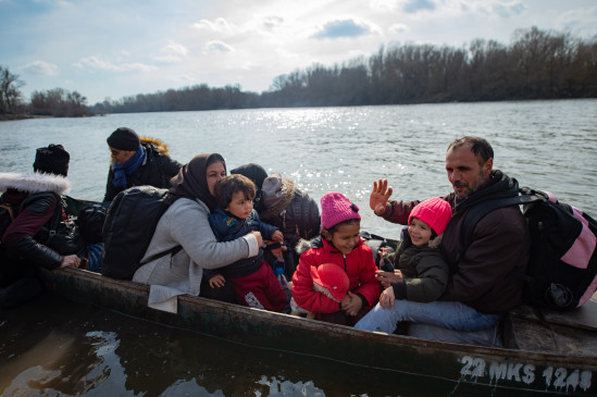 ग्रीस: प्रवासियों को ले जा रही नाव पलटी, तीन लोगों की मौत, 53 को बचा लिया गया