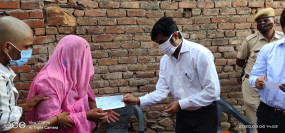 चित्तौड़गढ़-कोटा राष्ट्रीय राजमार्ग दुर्घटना भीलवाड़ा जिला कलेक्टर पहुंचे मृतकों के घर परिजनों को दी सांत्वना, सौंपे सीएम सहायता राशि के चेक