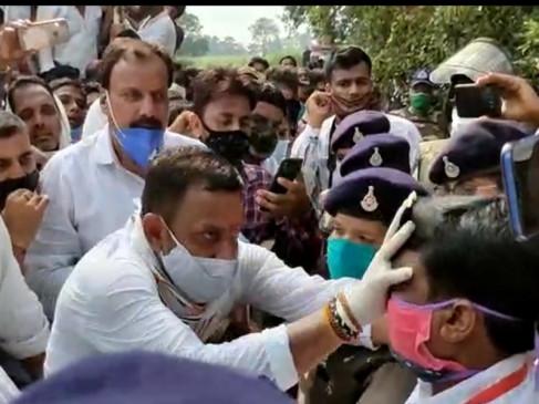 छिंदवाड़ा: कांग्रेस कार्यकर्ताओं ने एसडीएम के चेहरे पर कालिख पोती