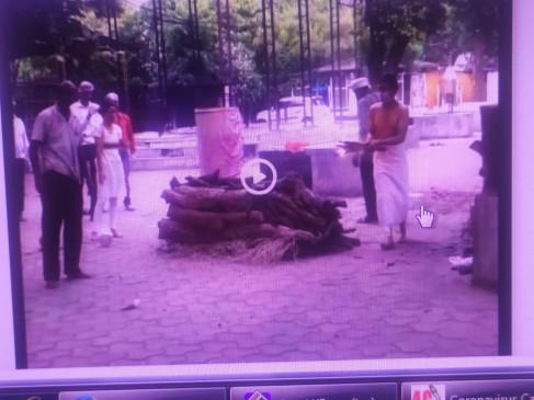 जबलपुर में मौतें बढ़ीं, श्मशान घाट में जगह नहीं मिली तो जमीन पर शव का अंतिम संस्कार किया