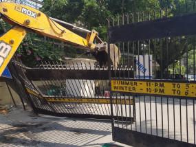 दिल्ली : निगम ने सोसाइटी के गेट तुड़वाए, आप बोली, फिर से लगवाएंगे