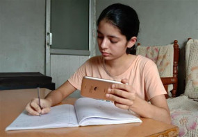 Fake News: ऑनलाइन पढ़ाई के लिए देश भर के स्टूडेंट्स को मुफ्त स्मार्टफोन बांट रही केंद्र सरकार? जानिए क्या है वायरल मैसेज का सच