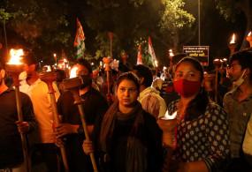 किसानों के समर्थन में युवा कांग्रेस ने इंडिया गेट तक निकाला मशाल जुलूस