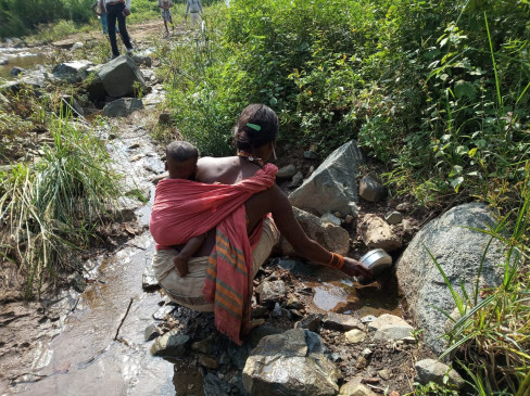 मुलभूत सुविधाओं से वंचित हैं बैगाओं की बड़ी आबादी - पीने के लिये शुद्ध पानी नही, राशन के लिये 15 कि.मी. का सफर
