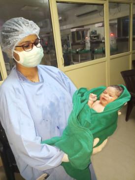 कचरे में मिली नवजात बच्ची, पुलिस ने अस्पताल में कराया भर्ती