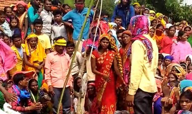 बेटी की जिद के आगे नतमस्तक हुए माता-पिता, धूमधाम से किया बेटी का नागदेवता के साथ विवाह