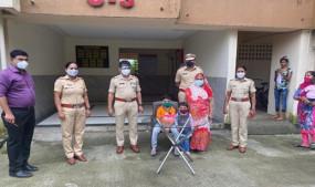 पुलिस ने मनाया बच्चे का जन्मदिन, कोरोना संक्रमण के चलते अस्पताल में भर्ती हैं मां-बाप