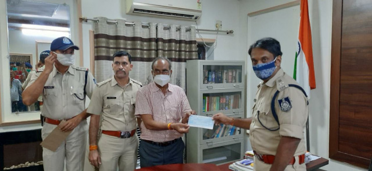 शहीद साथियों के लिए पुलिस परिवार ने जुटाए 6.40 लाख रुपए