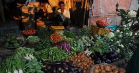 महंगाई की मार: हफ्ते भर में आलू-प्याज के दाम 60 तक तो टमाटर 100 रुपए के पार