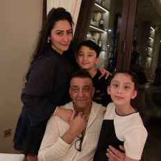 दुबई में बच्चों से मिले संजय दत्त