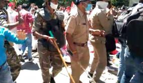 उप्र में नीट परीक्षाओं के खिलाफ सपा का प्रदर्शन, पुलिस ने किया लाठीचार्ज