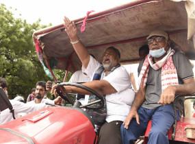 कृषि बिल के खिलाफ पटना की सड़कों पर ट्रैक्टर लेकर उतरे तेजस्वी, पप्पू यादव (लीड-1)