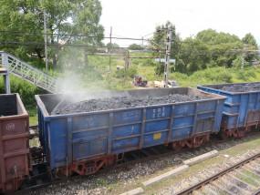 चार बोगियों के कोयले में भड़की आग - जूझती रहीं नगर निगम की दमकलें