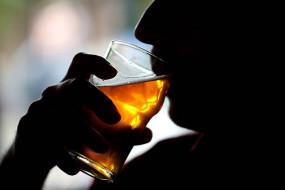 उप्र: हैंडपंप के नीचे मिला शराब का बैरल, हजारों लीटर नकली शराब जब्त