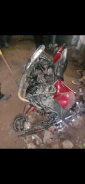 तेज रफ्तार मैजिक वाहन से बाइक टकराई, दो की मौत, एक घायल - सिंहपुर रोड में पड़मनिया के पास हुआ हादसा