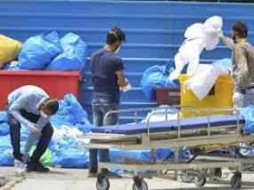 खुले में फेंक रहे कोविड सेंटर का कचरा अस्पताल प्रबंधन पर कार्रवाई की मांग