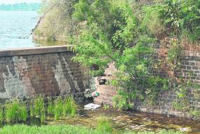 अंबाझरी तालाब की जर्जर दीवार से हो सकता है खतरा, दरार भरने की तैयारी