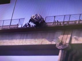 तिलवारा पुल की रेलिंग तोड़कर लटक गया डम्पर - गिट्टी लोडकर शहर आते समय ओवरटेक करते हुआ हादसा