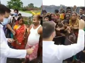 Fake News: बिहार चुनाव प्रचार में तेजस्वी यादव ने लोगों को बांटा पैसा, जानें क्या है वायरल वीडियो का सच