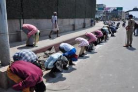 Fake News: पुलिस के सामने कान पकड़े बैठे मजदूरों की फोटो बिहार की बताकर सोशल मीडिया पर वायरल, जानें क्या है सच