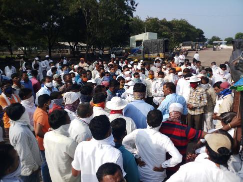 प्याज भंडारण मर्यादित करने पर किसान संगठन आक्रामक, नीलामी रोकी