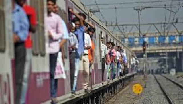 वकीलों को लोकल ट्रेन यात्रा के लिएसशर्त अनुमति देने को तैयार है सरकार, महिला यात्रियों को लेकर रेलवे ने पूछा सवाल
