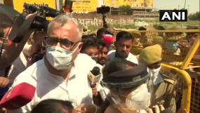 गैंगरेप केस: हाथरस जाने से TMC सांसदों को पुलिस ने रोका, धक्कामुक्की में गिरे डेरेक ओ ब्रायन, गांव में विपक्ष-मीडिया की एंट्री बैन