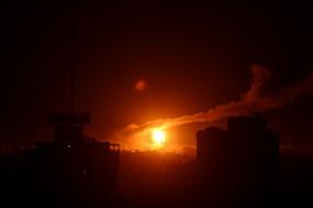 गाजा के सैन्य शिविरों में इजरायली हवाई हमला