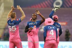 MI vs RR, IPL 2020: मुंबई को लगा पहला झटका, आर्चर ने डिकॉक को भेजा पवेलियन, सूर्यकुमार और इशान क्रीज पर