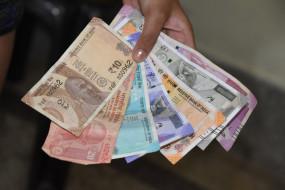 मध्य प्रदेश: उपचुनाव से पहले नोट बांटते नजर आए मंत्री, तस्वीरें वायरल