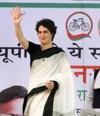 प्रियंका गांधी ने वाराणसी के बुनकरों से बातचीत की
