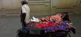 झंकझोरने वाली खबर: अस्पताल से भगाया महिला को, पति हाथ ठेले पर लेकर निकला पति
