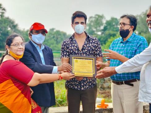 Sonu Sood receives Gramodaya Bandhu Mitra Award | सोनू सूद को ग्रामोदय बंधु  मित्र अवार्ड का मिला सम्मान - दैनिक भास्कर हिंदी
