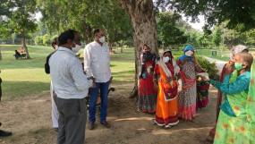 जयपुर: हैरिटेज निगम आयुक्त ने बाजार में बांटे मास्क, रैली का किया नेतृत्व सुबह की सैर पर बिना मास्क आने वालो को पार्क में बांटे मास्क