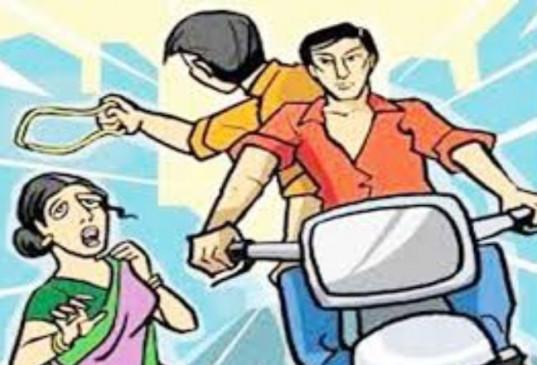 बैंक से 49 हजार रुपए निकालकर घर जा रही महिला से बाइक सवार तीन बदमाशों ने की लूट