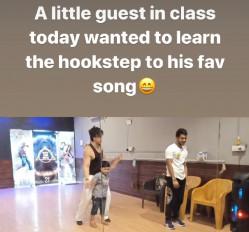 टाइगर श्रॉफ ने बच्चे को वार के गाने पर डांस सिखाया