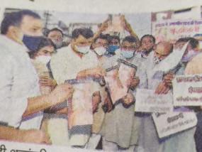 अमानवीयता की हदें लाँघ गई योगी सरकार , दिवंगत युवती को कैण्डल मार्च निकालकर दी श्रद्धांजलि