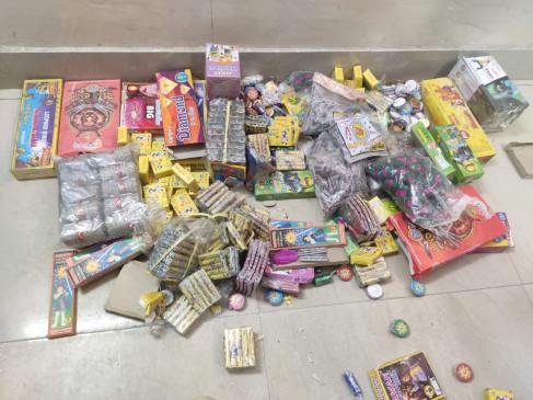 दिल्ली में पटाखे बेचते 10 गिरफ्तार, 55 लोग नामजद