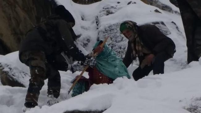जम्मू एवं कश्मीर में बर्फ में फंसे 10 लोगों को बचाया गया