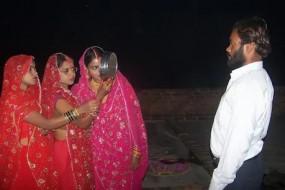 उत्तर प्रदेश में 1 पति के लिए 3 पत्नियों ने रखा करवाचौथ व्रत
