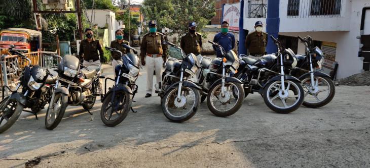5 से 10 हजार में देते थे चोरी की बाइक - वाहन चोर गिरफ्तार, 4 लाख रुपये कीमती 7 बाइक जब्त