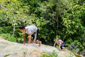 Ajab Gajab: एक ऐसा अनोखा झरना जिस पर बिना फिसले चढ़ जाते हैं लोग