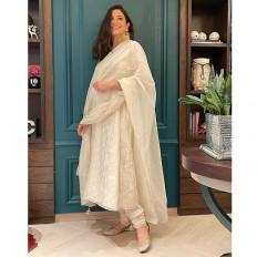 सफेद रंग के परिधान में अनुष्का ने फ्लॉन्ट किया अपना प्रेग्नेंसी ग्लो