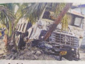 बेलगाम भागते हाइवा ने कोहराम मचाया, कार शोरूम की दीवार, दो विद्युत पोल तोड़कर पेड़ से टकराया