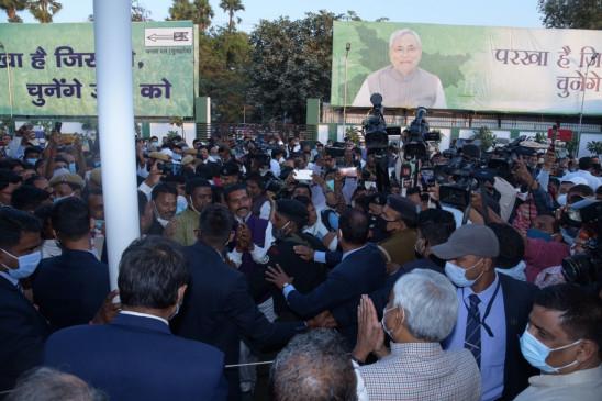बिहार: नीतीश पहुंचे जदयू प्रदेश कार्यालय, कार्यकर्ताओं और नेताओं से मिले