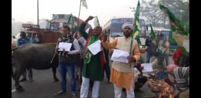 बिहार : ट्रेड यूनियनों की हड़ताल, राजद कार्यकर्ता भैंसों के साथ सड़क पर उतरे