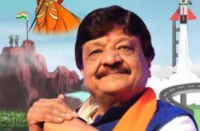 भाजपा नेता विजयवर्गीय ने धनतेरस पर दुकान संभालने की परंपरा को निभाया