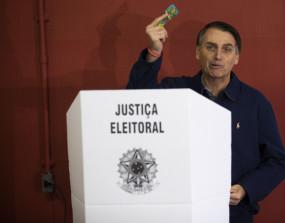 बोल्सोनारो ने नगरपालिका चुनाव में किया मतदान