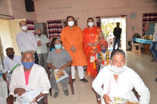 कलेक्टर ने वृद्धजनों के साथ मनाई दीपावली - बुजुर्गों से आशीर्वाद लिया और वस्त्र, फल मिठाई वितरित कररोपा पौधा