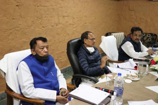 आर्थिक गतिविधियां रोके बिना कोरोना को नियंत्रित करना है - बांधवगढ़ में कोरोना संबंधी समीक्षा बैठक में बोले-सीएम